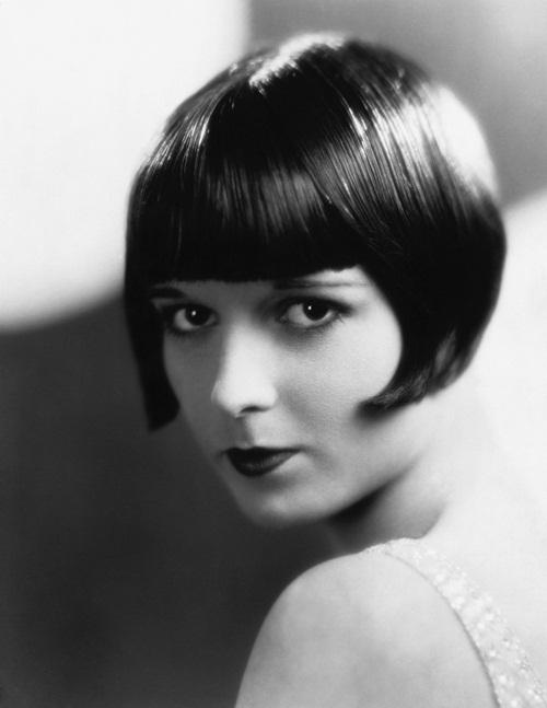 """<p class=""""Normal""""> Sinh năm 1906, Louise Brooks là biểu tượng sắc đẹp ở Mỹ thập niên 1920.Đôi môi cong quyến rũ, ánh mắt buồn sâu thẳm và phong cách thời trang nổi loạn là những dấu ấn khi nhớ về Louise.</p>"""
