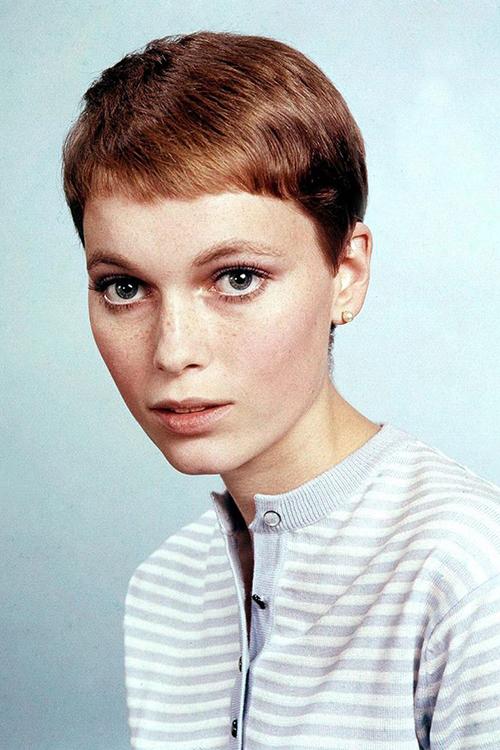"""<p class=""""Normal""""> Sinh năm 1945, Mia Farrow là một trong những mỹ nhân Mỹ đình đám đại diện cho thời trang thập niên 1960. Vẻ đẹp của Mia Farrow toát lên ở sự linh hoạt, nghịch ngợm từ đôi mắt đến kiểu tóc.</p>"""