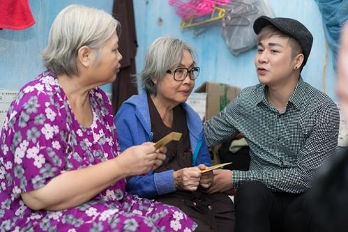 Trước đó, bà được ca sĩ Quách Tuấn Du tìm đến tận nhà, hỏi thăm, tặng quà Tết và mời đi dự sự kiện cùng mình. Đây là mong muốn c