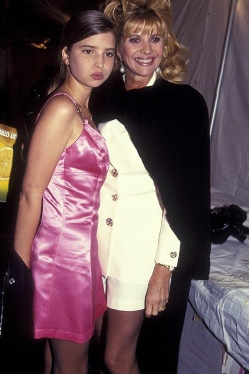 """<p class=""""Normal""""> Ivanka Trump sinh năm 1981 tại New York, Mỹ, là con thứ hai và con gái duy nhất trong số ba người con của Donald Trump với vợ đầu - bà Ivana, một vận động viên, người mẫu, nhà hoạt động xã hội gốc Czech. Năm 1995, trong một sự kiện, cô gây chú ý với khuôn mặt bầu bĩnh đáng yêu cùng chiếc váy hồng satin.</p>"""