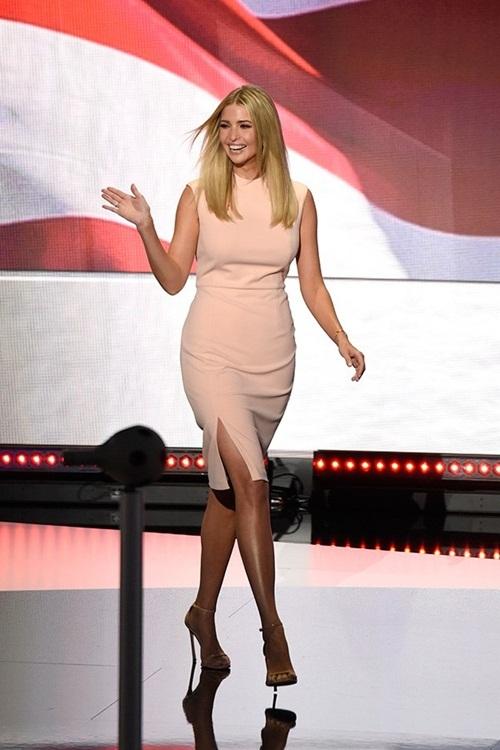 """<p class=""""Normal""""> Trong các hoạt động tranh cử của Donald Trump năm ngoái, Ivanka được biết tới là cô gái thông minh, tài sắc vẹn toàn. Người đẹp thường xuất hiện trong những bộ váy áo thanh lịch, kiểu dáng công sở.</p>"""