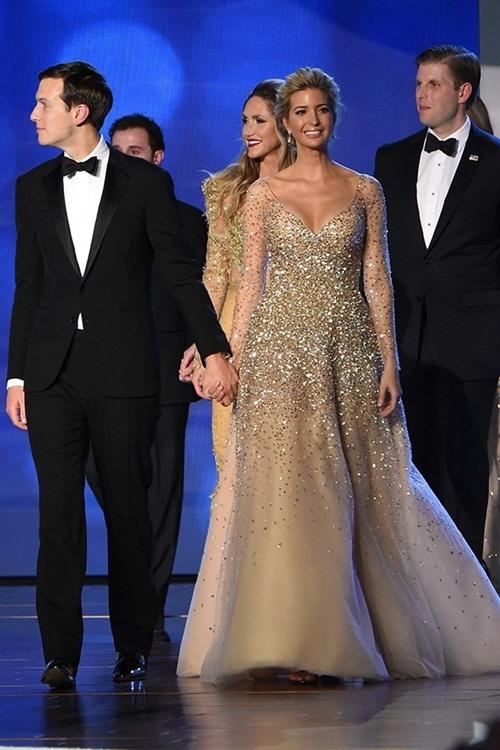 """<p class=""""Normal""""> Trong bữa tiệc khiêu vũ ngày cha nhậm chức, cô diện váy đính đá lộng lẫy, sang trọng. Ái nữ nhà Trump hiện giữ chức phó chủ tịch của The Trump Organization. <em>Vogue</em> cho biết trong một cuộc khảo sát mới nhất, mức độ nổi tiếng của Ivanka còn nhỉnh hơn cả đệ nhất phu nhân Mỹ.</p>"""