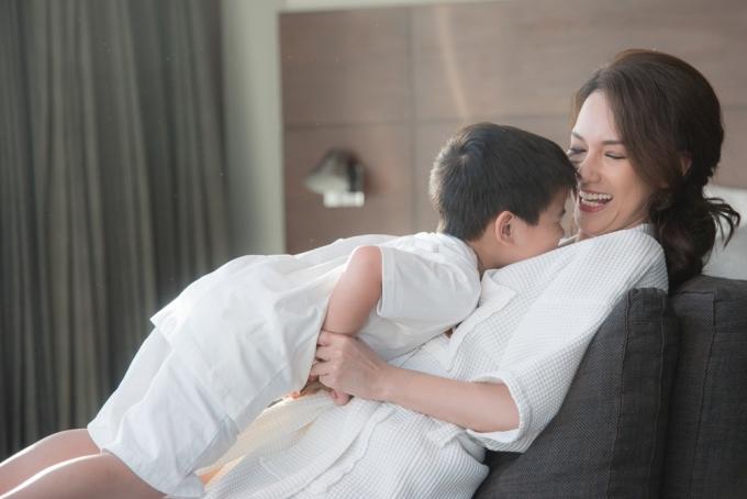 <p> Mới đây, Quỳnh Chi bay sang Mỹ để thăm con trai. Văn Chương - chồng cũ của cô - là người tạo điều kiện cho cuộc gặp gỡ này.</p>
