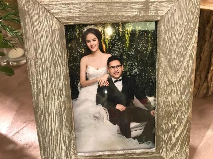 """<p class=""""Normal""""> Bộ ảnh cưới được chụp tại một studio từ vài tháng trước. Chồng của á hậu tên Đức Anh, hơn cô ba tuổi. Cả hai yêu nhau được gần hai năm.</p>"""