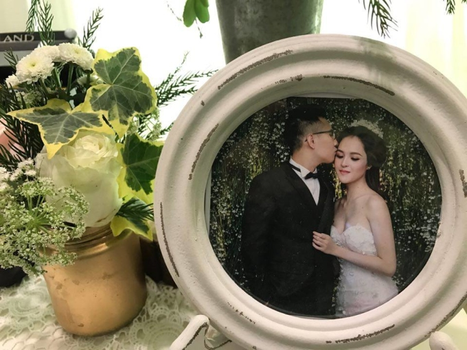 """<p class=""""Normal""""> Sáng 7/3, sau <a href=""""https://vnexpress.net/giai-tri/photo/trong-nuoc/a-hau-hoang-anh-dung-o-che-chan-trong-le-don-dau-3551506.html"""">lễ rước dâu</a>, vợ chồng Á hậu Hoàng Anh tới Trung tâm Hội nghị Quốc gia Hà Nội tổ chức tiệc cưới. Ảnh của vợ chồng người đẹp được bày khắp không gian ở đây.</p>"""