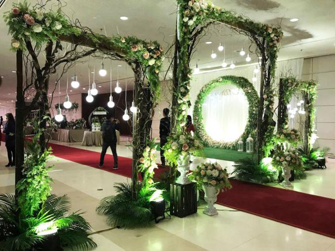 """<p class=""""Normal""""> Tiệc cưới của Hoàng Anh tổ chức trong một khán phòng sang trọng tại Trung tâm Hội nghị Quốc gia, Hà Nội.</p>"""