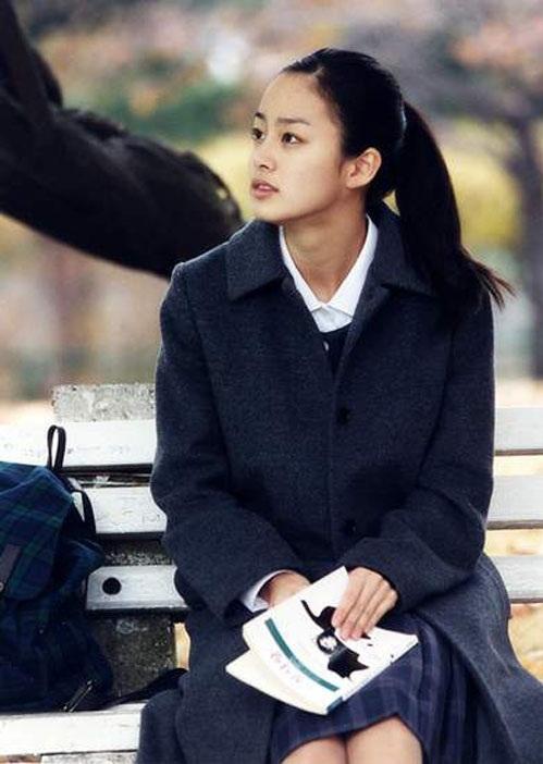 """<p class=""""Normal""""> Khi đoàn làm phim <em>Last Present</em> cần diễn viên đóng vai của Lee Young Ae thời trung học, Kim Tae Hee tình cờ thử vai và được chọn. Đạo diễn cho biết ông thấy ở cô một vẻ đẹp thuần khiết. Sắc đẹp trời phú giúp Kim Tae Hee có cơ hội đóng phim cùng đàn chị Lee Young Ae và Lee Jung Jae. Trong hình, Kim Tae Hee năm 2001.</p>"""