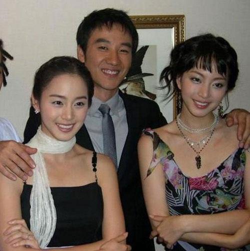 """<p class=""""Normal""""> Năm 2004, Kim Tae Hee (trái) tiếp tục trung thành với mái tóc dài đơn giản.</p>"""