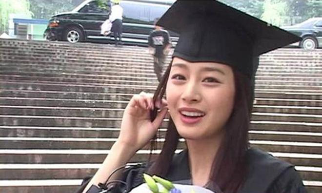 """<p class=""""Normal""""> Vẻ mộc mạc của Kim Tae Hee trong ngày tốt nghiệp đại học năm 2005.</p>"""