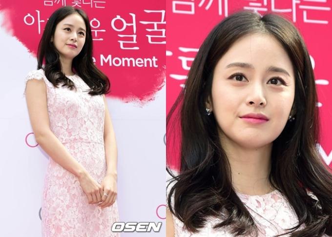 """<p class=""""Normal""""> Kim Tae Hee của năm 2014. Từ nhỏ tới lớn, nữ diễn viên xây dựng phong cách mặc thanh lịch với các gam màu nhẹ nhàng như hồng phấn, trắng, xanh pastel hay cam phớt. Cô hầu như tiết chế phụ kiện, trang sức.</p>"""