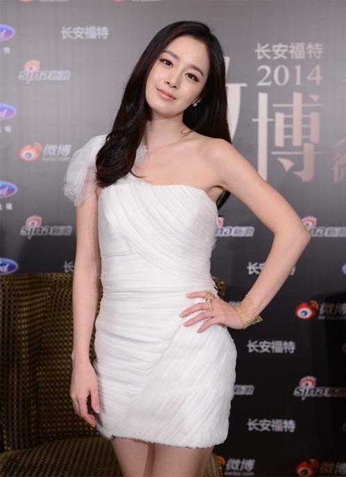 """<p class=""""Normal""""> Có chiều cao khiêm tốn (1,63 m) cùng vóc dáng nhỏ bé, Kim Tae Hee ít khi chọn đầm dạ hội dài thướt tha. Cô dành sự ưu ái cho những bộ đầm cocktail ôm thân, ngắn trên gối để giúp tôn dáng.</p>"""