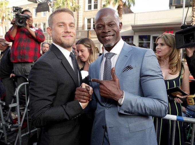 <p> Charlie Hunnam và diễn viên Djimon Hounsou.</p>