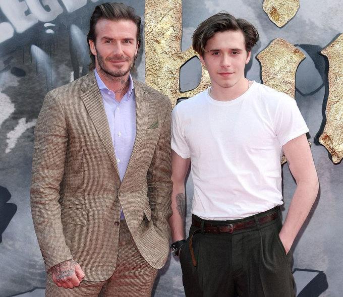 """<p> Con trai lớn của vợ chồng Vic-Beck lớn bổng, cao gần bằng bố. David Beckham đảm nhận vai <a href=""""https://vnexpress.net/giai-tri/tin-tuc/phim/sau-man-anh/david-beckham-ma-t-su-t-se-o-khi-do-ng-phim-3562944.html"""">khách mời </a>trong phim - một hiệp sĩ cao ngạo, ra lệnh cho chàng trai trẻ Arthur (Charlie Hunnam) rút thanh kiếm Excalibur khỏi phiến đá.</p>"""