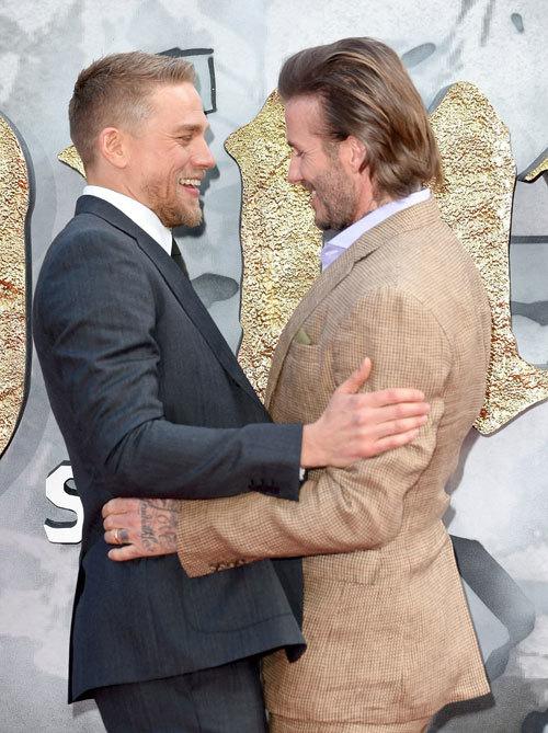 """<p> David Beckham ôm diễn viên <a href=""""https://vnexpress.net/giai-tri/photo/sau-man-anh/da-n-my--nam-quy-tu--trong-phim-king-arthur-legend-of-the-sword-3577371.html"""">Charlie Hunnam</a> - nam chính đảm nhận vai vua Arthur.</p>"""