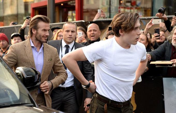 <p> Danh thủ 42 tuổi mặc vest chỉn chu trong khi Brooklyn diện áo phông và quần khaki.</p>