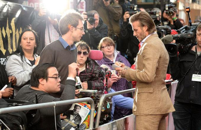 """<p> Trích đoạn có David Beckham sau khi được nhà sản xuất tung ra đã nhận nhiều <a href=""""https://vnexpress.net/giai-tri/tin-tuc/phim/sau-man-anh/david-beckham-bi-mi-a-mai-kha-nang-die-n-xua-t-o-phim-mo-i-3582744.html"""">lời chê bai</a>. Người hâm mộ chê danh thủ không biết diễn xuất, giọng nói không truyền cảm. MC Piers Morgan cũng nhạo báng David Beckham trong một show truyền hình.</p>"""