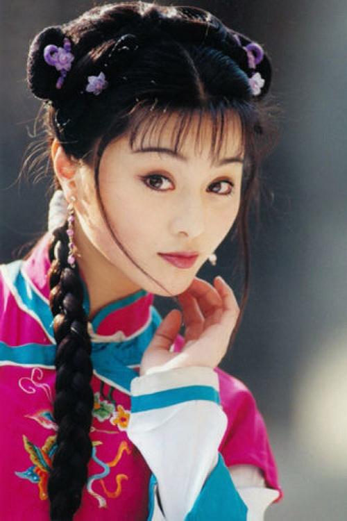 <p> Phạm Băng Băng gây ấn tượng bởi vẻ tinh khôi năm 16 tuổi khi hóa thân nàng hầu Kim Tỏa trong phim truyền hình <em>Hoàn Châu cách cách </em>(1997). Tuy chỉ đóng vai phụ bên cạnh Triệu Vy và Lâm Tâm Như, cô mau chóng gây chú ý và gây dựng tên tuổi trong làng giải trí Hoa ngữ.</p>