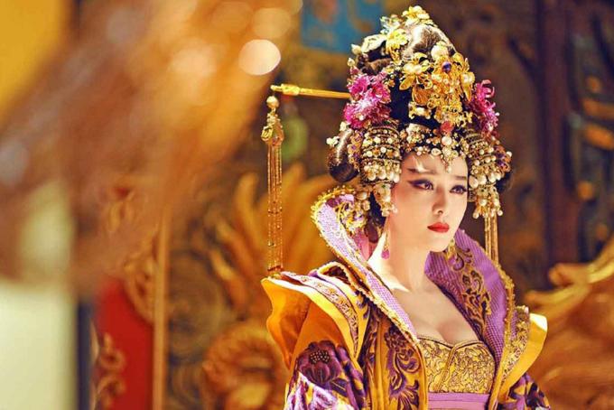 """<p> Phạm Băng Băng là diễn viên chính kiêm nhà sản xuất của phim truyền hình<em>Võ Tắc Thiên truyền kỳ</em> (2014). Cô hóa thân thành nữ hoàng Trung Quốc từ khi còn là cô gái ngây thơ đến lúc già. Phần trang phục phim được đầu tư kỹ lưỡng, riêng Phạm Băng Băng thay hơn 260 bộ váy áo. Mặc dù vậy, có ý kiến chỉ trích nội dung phim sơ sài, chỉ thu hút nhờ <a href=""""https://giaitri.vnexpress.net/tin-tuc/phim/sau-man-anh/giai-nhan-dua-sac-trong-vo-tac-thien-2963841.html"""" target=""""_blank"""">tạo hình bắt mắt</a>. Diễn viên cũng bị chê là chưa thể hiện được thần thái uy nghiêm, ghê gớm của một người đàn bà say mê quyền lực. Ngoài ra, phim dính sự cố phải cắt xén khung hình do nhân vật mặc áo <a href=""""https://giaitri.vnexpress.net/tin-tuc/phim/sau-man-anh/khan-gia-phan-nan-vi-phim-cua-pham-bang-bang-bi-cat-sua-3129496.html"""" target=""""_blank"""">hở ngực nhiều</a>.</p>"""