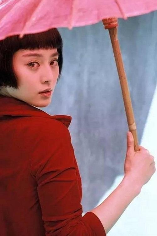 """<p> Năm 2007, Phạm Băng Băng thử sức ở dòng phim kinh dị với <em>Trong lòng có ma</em>. Nhân vật của cô chết vì tai nạn xe hơi, sau đó trở thành hồn ma quay về can thiệp vào mối tình mới của bạn trai. Minh tinh có tạo hình khác lạ với mái tóc ngắn. Vai diễn mang về cho cô danh hiệu """"Nữ diễn viên phụ xuất sắc"""" tại giải Kim Mã 2007.</p>"""