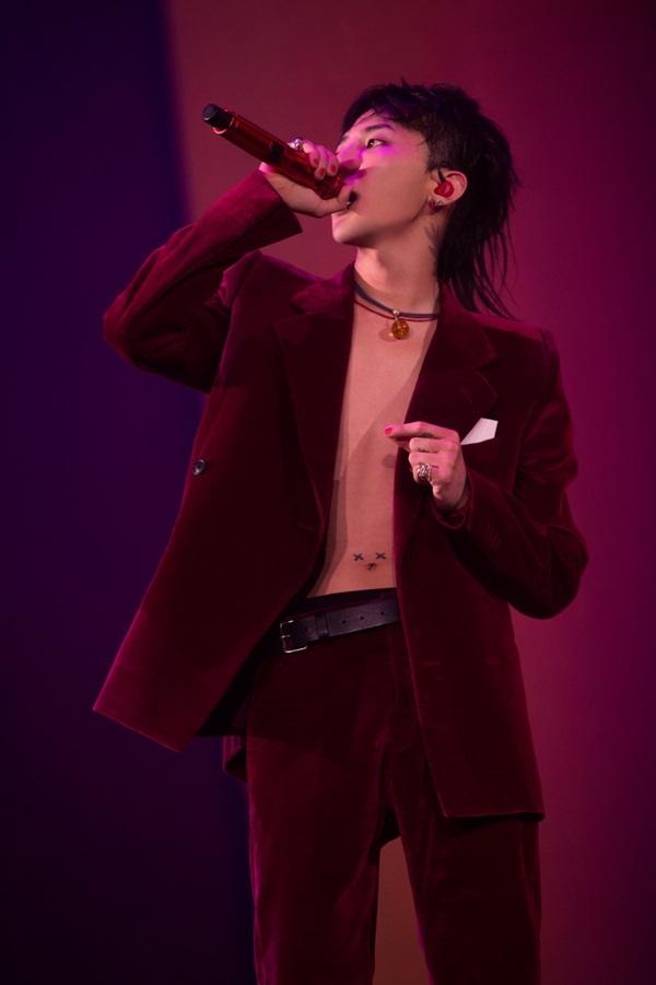 """<p> Ngôi sao Hàn Quốc G-Dragon thường xuyên theo mốt này. Nam ca sĩ khoe vẻ cá tính trên <a href=""""https://vnexpress.net/giai-tri/photo/lang-nhac/g-dragon-bi-hut-chan-xuong-ho-tren-san-khau-bangkok-3610866.html"""">sân khấu Bangkok</a> trong tour diễn vòng quanh thế giới.</p>"""