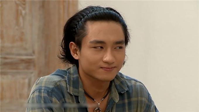 <p> Trong chương trình, anh còn đeo bờm làm duyên cho kiểu tóc dài.</p>