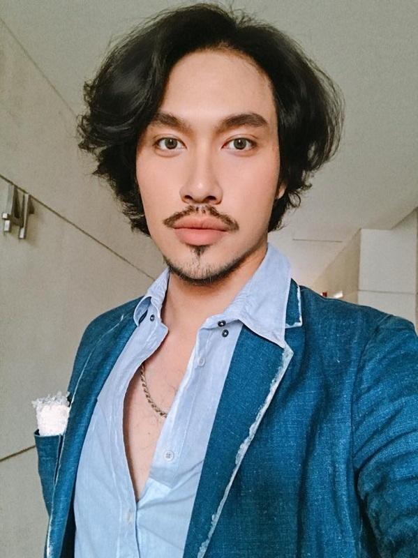 <p> Nhà thiết kế Lý Quí Khánh khá hợp với mái tóc xoăn lãng tử.</p>