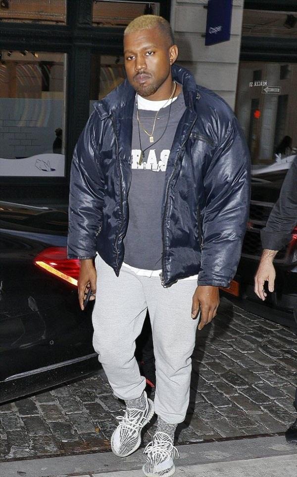 """<p class=""""Normal""""> Rapper Kanye West tự quảng bá đôi giày do anh bắt tay với Adidas sản xuất.</p>"""
