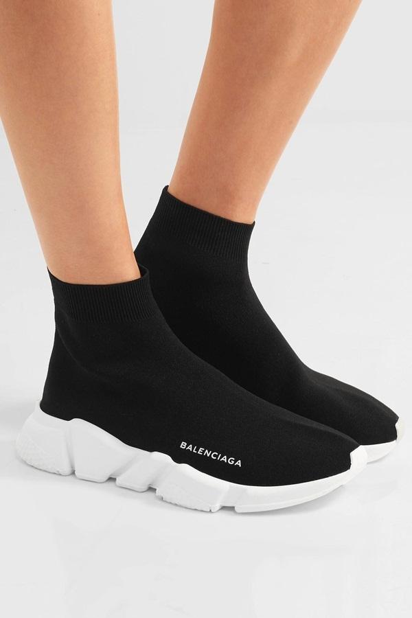 """<p class=""""Normal""""> Balenciaga Speed Trainers là mẫu giày khác khiến cả nam lẫn nữ say mê. """"Con cưng"""" của giám đốc sáng tạo Demna Gvasalia nhà Balenciaga có dáng vẻ độc đáo và mạnh mẽ. Thiết kế kết hợp giày thể thao, tất cao cổ và bộ giảm sóc. Balenciaga Speed Trainers có ba phiên bản: đen, trắng và đỏ, nặng 240 gram.</p>"""