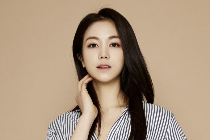 """<p class=""""Normal""""> Sinh năm 1986, Kim Ok Bin bắt đầu gây chú ý trong cuộc thi sắc đẹp trực tuyến do <em>Naver</em> tổ chức năm 2004. Sau đó, cô bước chân vào sự nghiệp diễn xuất dù không được học bài bản. Người đẹp đều đặn góp mặt trong cả hai mảng điện ảnh và truyền hình.</p>"""