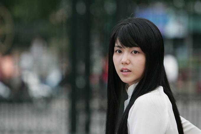 """<p class=""""Normal""""> Trong phim đầu tiên - """"Cô dâu Hà Nội"""", Kim Ok Bin vào vai Lý Thị Vũ, một sinh viên Hà Nội học khoa tiếng Hàn mang vẻ đẹp trong sáng, đằm thắm. Cô đem lòng yêu Park Eun Woo (Lee Dong Wook) - bác sĩ trẻ làm việc tại phòng khám Hà Nội. Câu chuyện tình xuyên quốc gia có nhiều hiểu nhầm, mâu thuẫn nhưng không kém phần xúc động, ngọt ngào.</p>"""