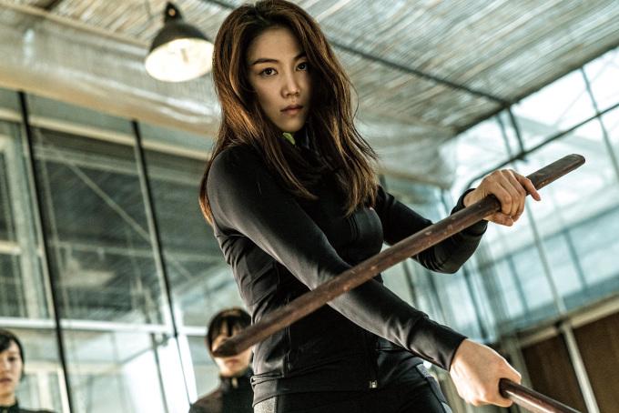 """<p> Trong phim 18+ khốc liệt này, Kim Ok Bin thủ vai một nữ sát thủ được chính phủ Hàn Quốc tuyển dụng, sau đó bị đẩy vào cuộc chiến không khoan nhượng với những kẻ thù từ quá khứ. Khi chiếu ở hạng mục Midnight Screenings (Suất chiếu nửa đêm) tại Liên hoan phim Cannes năm nay, """"The Villainess"""" nhận tràng pháo tay bốn phút từ khán giả.</p>"""