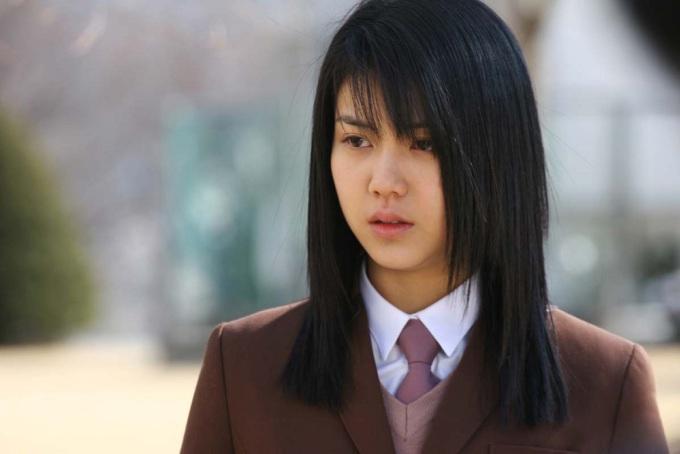 """<p> Ngay lần đầu bước lên màn ảnh rộng, Kim Ok Bin đã gây tiếng vang với phim kinh dị """"Voice"""" (2005). Cảnh đầu phim gây sốc với hình ảnh nhân vật nữ sinh do cô thủ vai bị sát hại dã man, sau đó bí ẩn dần được giải đáp qua các trích đoạn hồi tưởng. Vai diễn giúp Kim Ok Bin nhận đề cử Giải thưởng Điện ảnh Rồng Xanh và Giải thưởng Nghệ thuật Baeksang.</p>"""