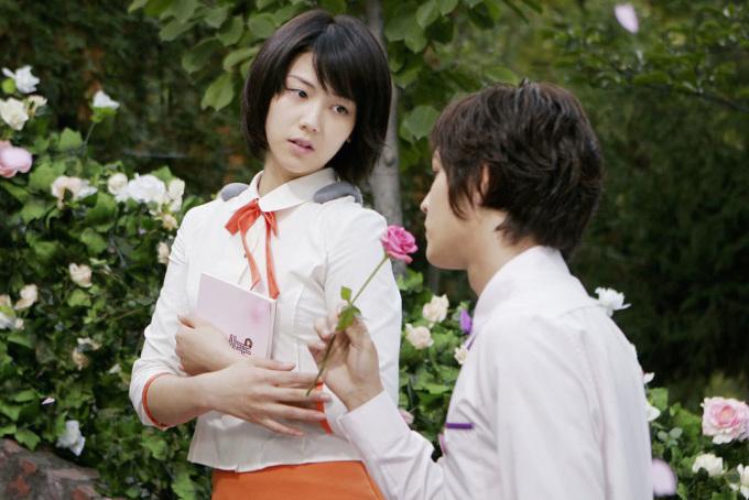 """<p class=""""Normal""""> Sau đó, người đẹp đóng chính trong phim điện ảnh """"Dasepo Naughty Girls"""", dựa trên bộ truyện tranh nổi tiếng kể về nữ sinh nghèo phải làm gái bán hoa. Trên tờ <em>Korea Herald</em>, đạo diễn E J Yong nhận xét: """"Không có nhiều nữ diễn viên trẻ đủ tinh tế, trưởng thành như Kim Ok Bin để thấu hiểu và thể hiện trọn vẹn nội tâm của cô gái nghèo phải bán thân vì gia đình"""".</p>"""