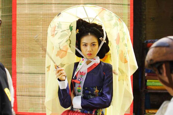 """<p class=""""Normal""""> Đạo diễn E J Yong tiếp tục chọn người đẹp cho dự án phim """"Actresses"""" (2009) và """"How to Fall in Love in 10 Minutes"""" (2013). Năm 2008, Kim Ok Bin làm mới bản thân với vai nữ nghệ sĩ Seol Ji trong bộ phim hành động, lịch sử """"The Accidental Gangster and the Mistaken Courtesan"""".</p>"""