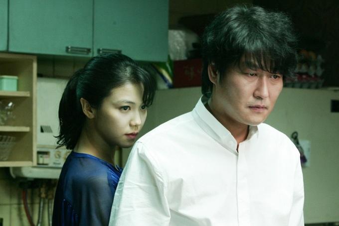"""<p> Phim 18+ """"Thirst"""" (2009) của quái kiệt điện ảnh Hàn Quốc Park Chan Wook là đỉnh cao trong diễn xuất của Kim Ok Bin. Cô thủ vai người vợ ngoại tình với một gã đàn ông khát máu. Càng về cuối phim, nhân vật của cô càng nổi bật với nội tâm phức tạp và mạnh mẽ. Ngoài ra, người đẹp có cảnh nóng táo bạo với Song Kang Ho - tài tử hơn cô 20 tuổi.</p>"""