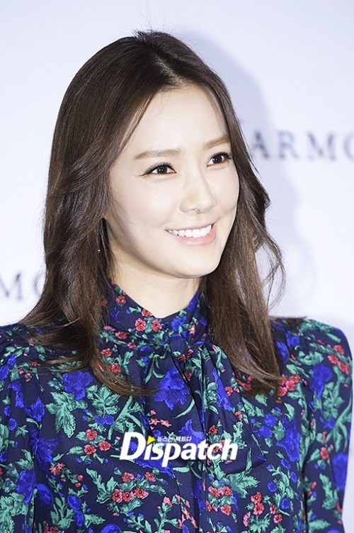 <p> Người đẹp đang đóng phim cuối tuần <em>Giấc mơ làm ca sĩ</em> của đài MBC. Diễn xuất của cô không được đánh giá cao.</p> <p> Son Tae Young từng đoạt danh hiệu á hậu hai trong cuộc thi Hoa hậu Hàn Quốc hồi năm 2000. Một năm sau đó cô đăng quang Hoa hậu Quốc tế và giành luôn giải Á hậu Ảnh trong cuộc thi này.</p>