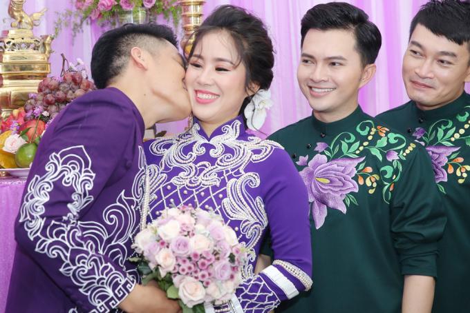 <p> Ca sĩ Trung Kiên liên tục dành cử chỉ tình cảm cho hôn thê.</p>