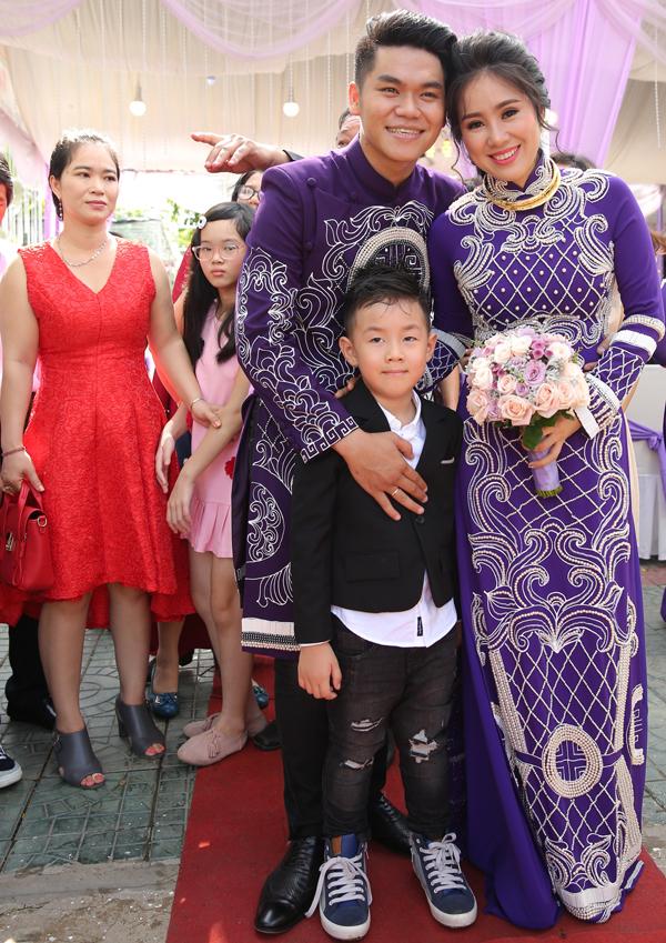 <p> Trung Kiên và Lê Phương bên con trai - bé Cà Pháo.</p>