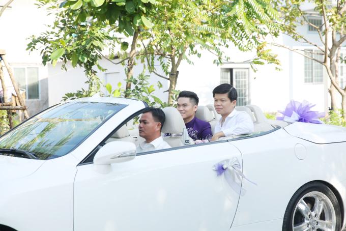 <p> Đúng 8h sáng, chú rể - ca sĩ Trung Kiên - ngồi xe sang đến nhà gái để thực hiện nghi lễ rước dâu.</p>