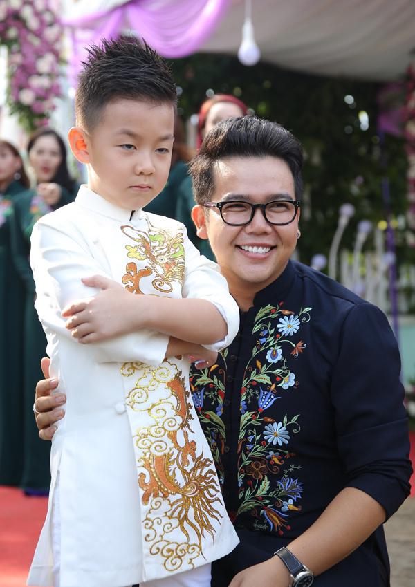 <p> Bé Cà Pháo - con trai riêng của Lê Phương và diễn viên Quách Ngọc Ngoan - diện áo dài đứng chờ bố dượng.</p>
