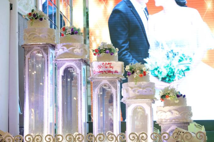 <p> Tháp bánh cưới.</p>