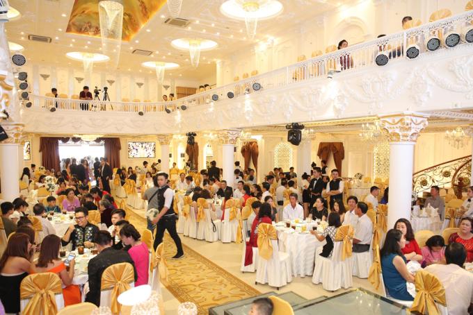 <p> Tiệc cưới diễn ra trong nhà hàng sang trọng ở Trà Vinh.</p>