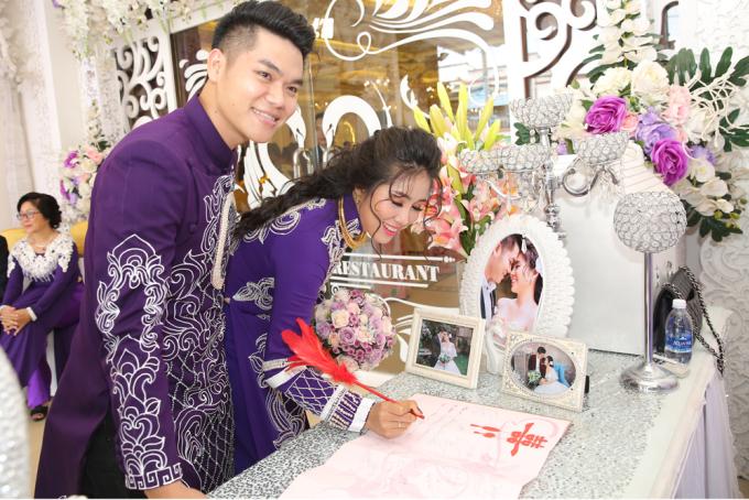 <p> Sau khi thực hiện nghi lễ trước bàn thờ gia tiên vào sáng 8/8, trưa cùng ngày Lê Phương và Trung Kiên tổ chức tiệc cưới ở nhà hàng ở Trà Vinh - quê hương cô dâu.</p>