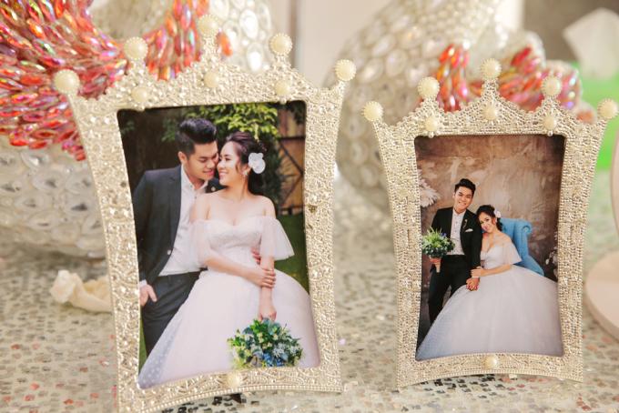 <p> Hình ảnh cô dâu - chú rể được lồng, trang trí ở sảnh tiệc.</p>