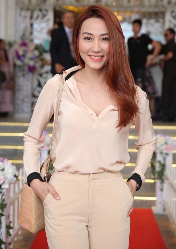 <p> Ngân Khánh dự tiệc cưới. Sau khi kết hôn năm 2015, cô tạm dừng hoạt động ở làng giải trí, sang Singapore du học.</p>