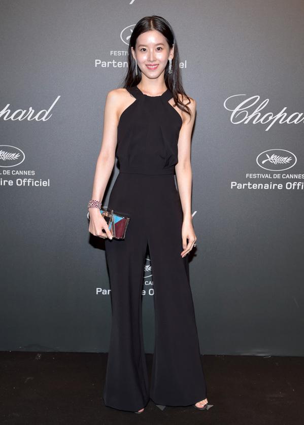 <p> Tại sự kiện trong khuôn khổ Liên hoan phim Cannes hồi tháng 5, người đẹp cũng gây ấn tượng với trang phục đơn sắc.</p>