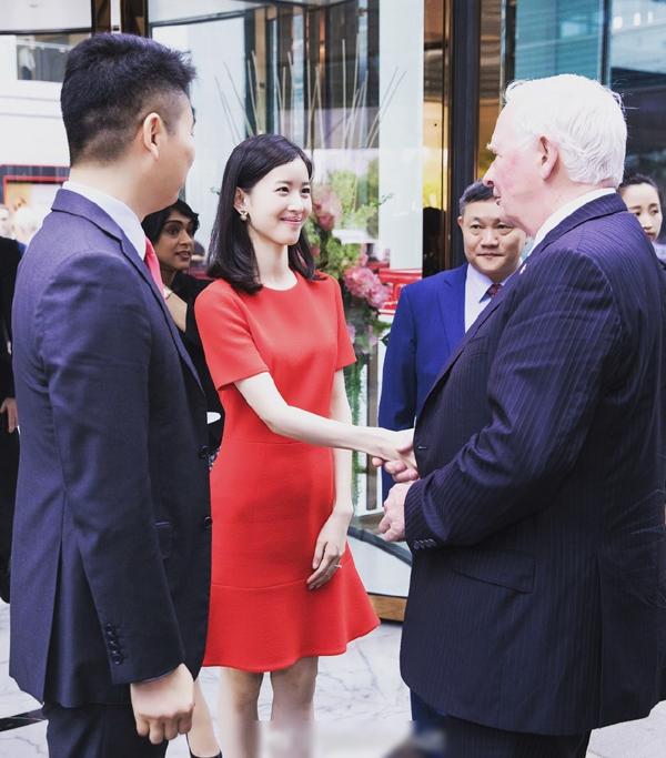 <p> Chương Trạch Thiên diện đầm đỏ nổi bật trong buổi tiếp khách công ty của vợ chồng cô.</p>