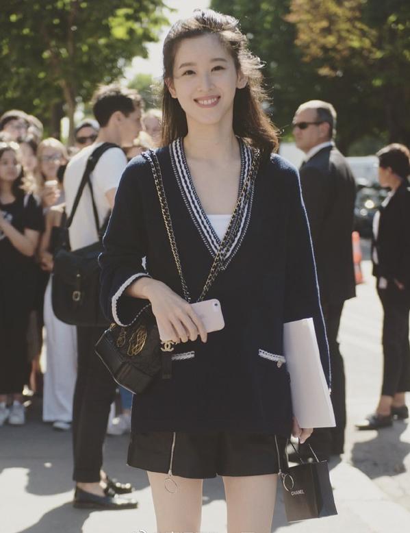 <p> Chương Trạch Thiên phối áo len và quần short dự show thời trang của hãngChanel.</p>