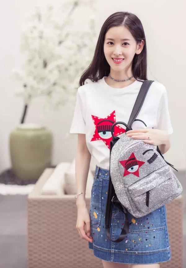<p> Với lượng fan lớn, Chương Trạch Thiên quảng cáo cho mảng thời trang và các xa xỉ phẩm của trang thương mại điện tử của vợ chồng cô.</p>