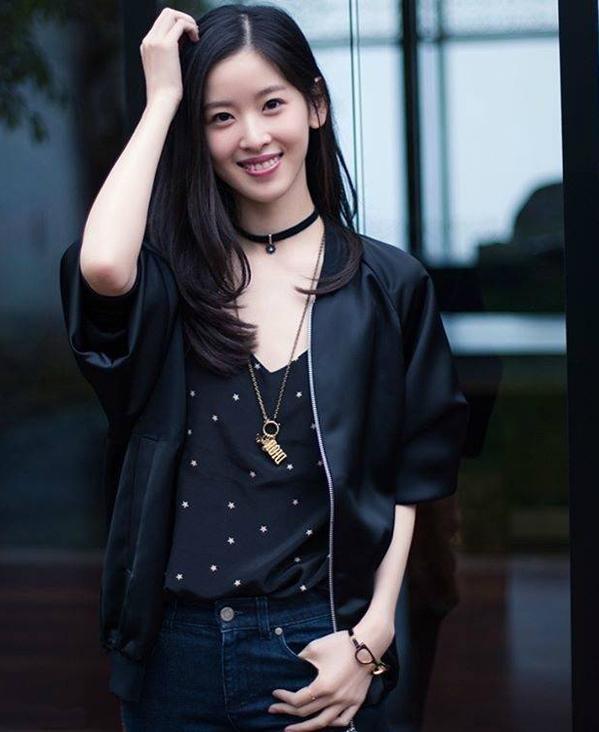 <p> Cô mang tới vẻ khỏe khoắn, thời trang khi kết hợp jacket và áo cổ tim, phối cùng vòng choker.</p>